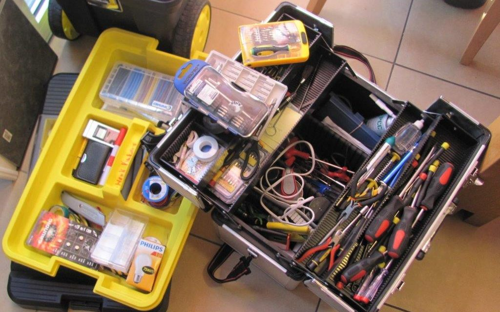 Een gele kist vol gereedschap